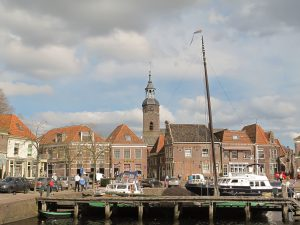 Blokzijl,_zicht_op_haven_met_kerktoren_foto1_2013-04-28_16.235